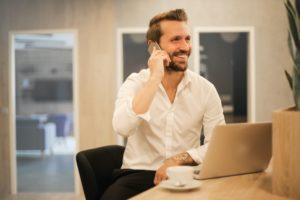 photo d'un homme au téléphone heureux